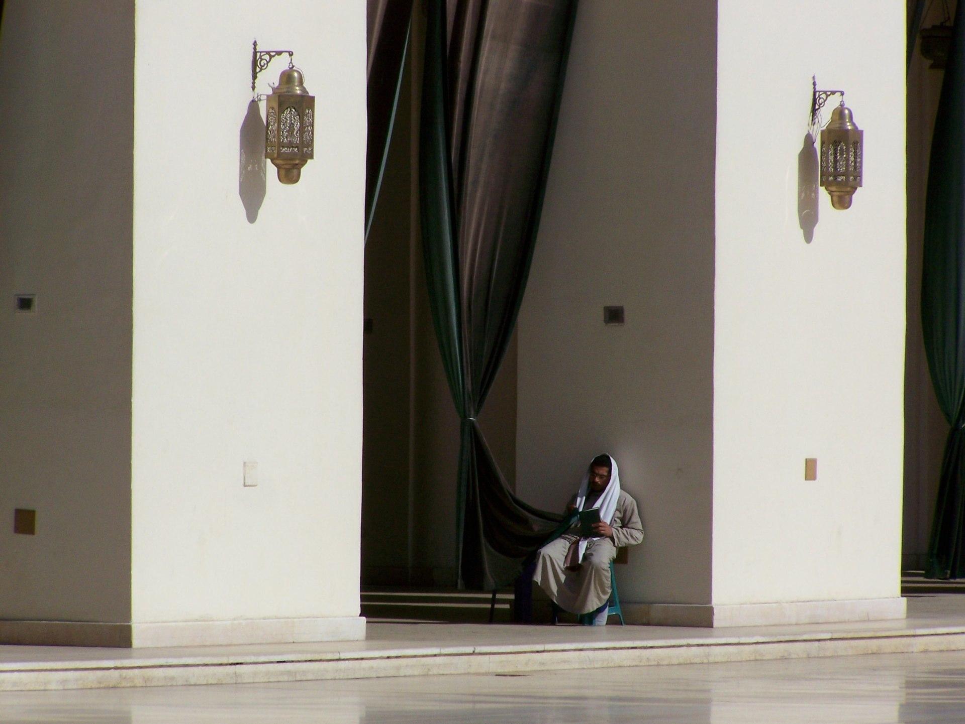 Mann in einer Moschee, Kairo