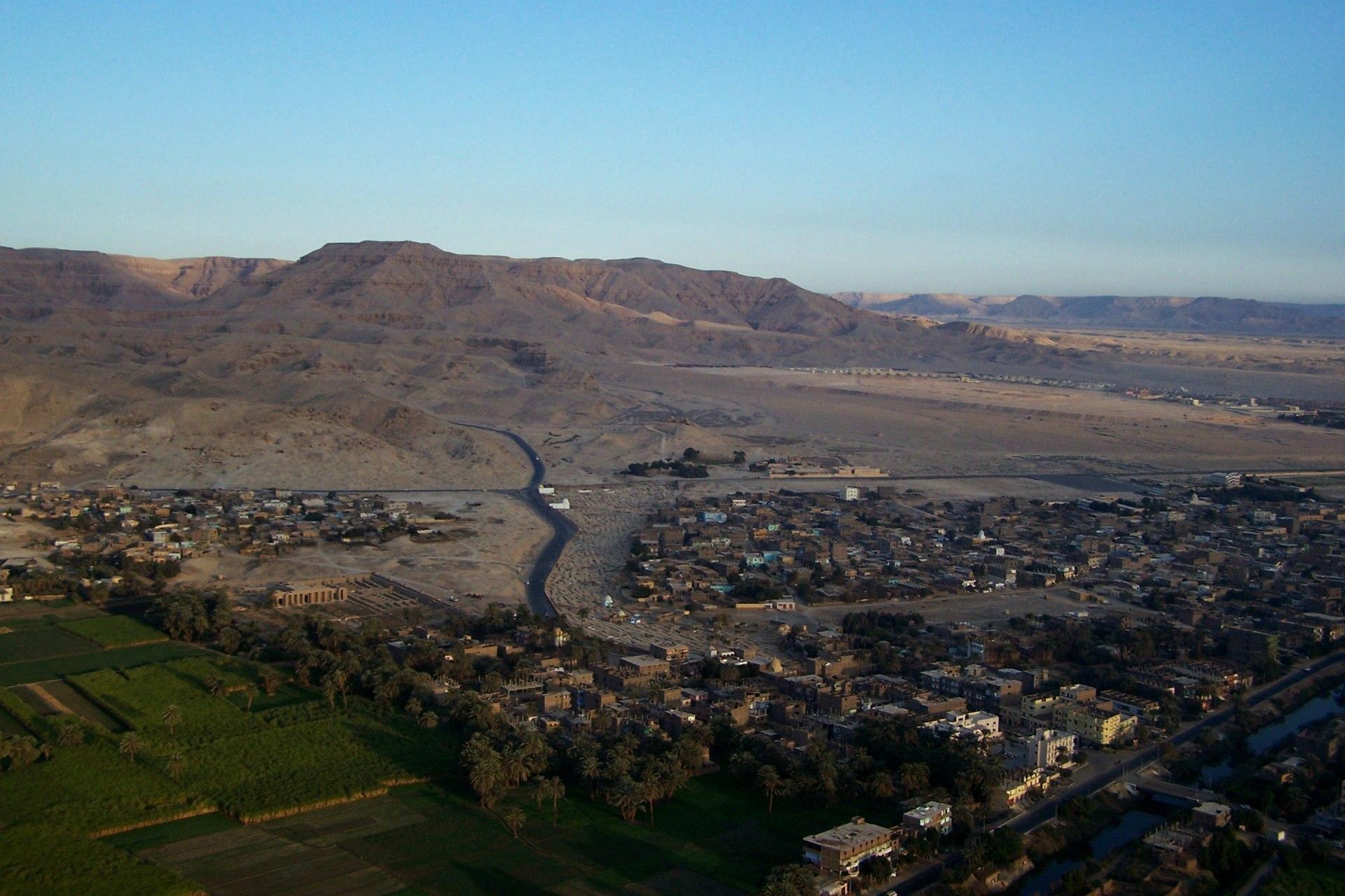 Luxor Stadt und Berge Vogelperspektive