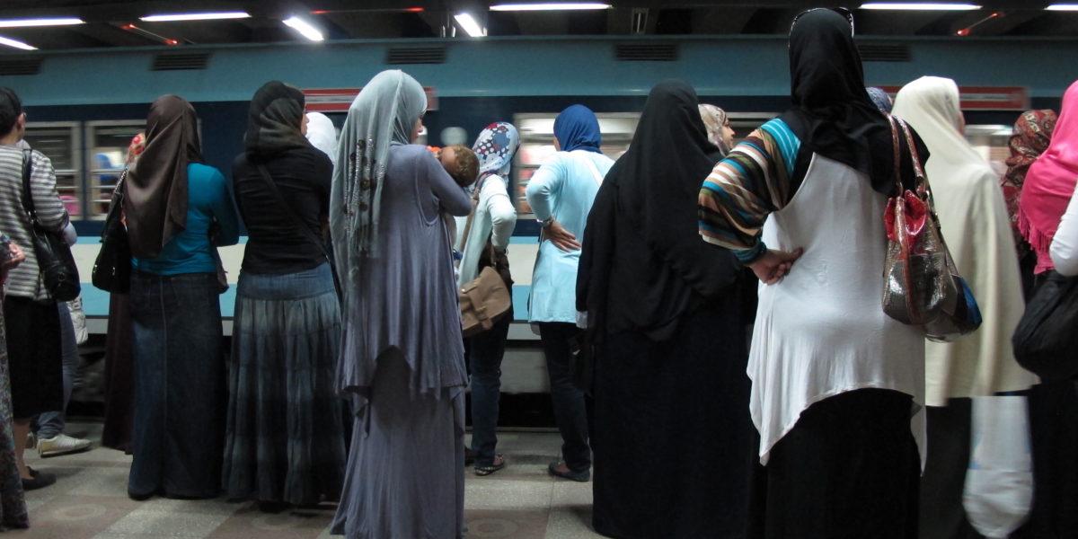 Frauen mit Kopftuch in der Metro Kairo